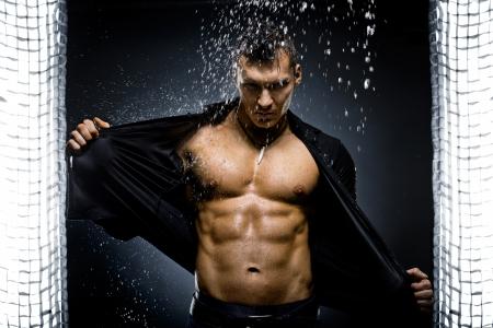 샤워에서 매우 근육질의 잘 생긴 섹시한 남자