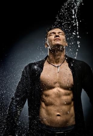 mojada: el chico sexy guapo muy muscular bajo la ducha