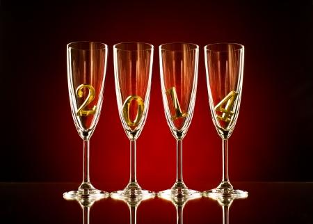 festal: quattro calice di vetro di champagne con numero 2014, celebrazioni belle concetto di Capodanno foto