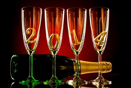 festal: bottiglia di champagne con quattro calice di vetro e numero 2014, belle feste di Capodanno concetto di fotografia Archivio Fotografico