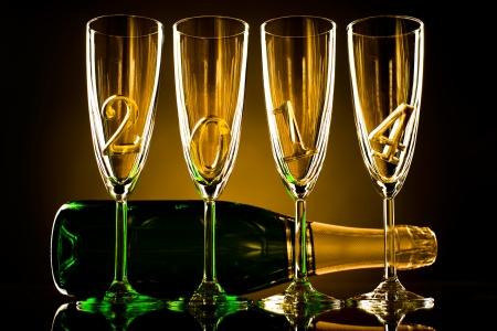 네 개의 유리 잔과 숫자 2014 아름다운 축하 새 해 개념의 사진과 함께 샴페인 병 스톡 콘텐츠