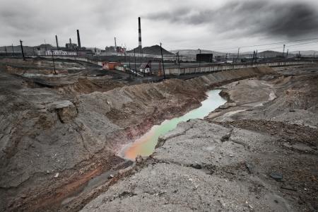 contaminacion del aire: contaminaci�n del paisaje de la emisi�n de medio ambiente de la planta industrial, ciudad Karabash; Rusia Foto de archivo