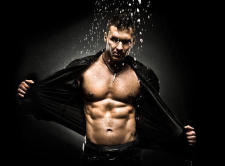 シャワーの下で非常に筋肉質のハンサムなセクシーな男