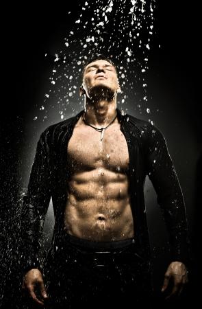 샤워 실에서 매우 근육질의 잘 생긴 섹시한 남자