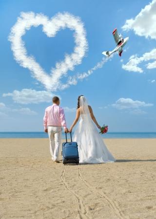 felice coppia di sposi di andare in luna di miele, sul mare