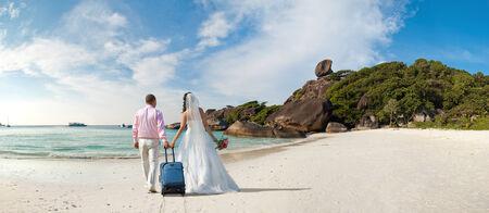 felice coppia di sposi in luna di miele, il sole spiaggia sabbiosa in Thailandia Archivio Fotografico