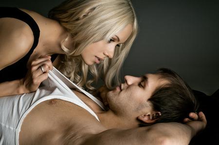 мышечное красивый сексуальный парень с красивой женщины, на темном фоне