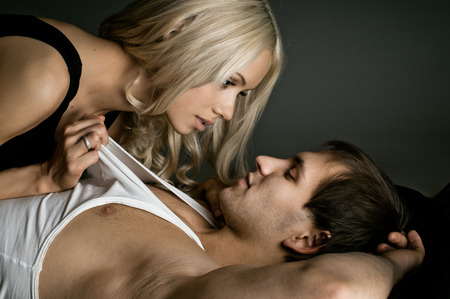 musculoso chico guapo sexy con una mujer hermosa, sobre fondo oscuro