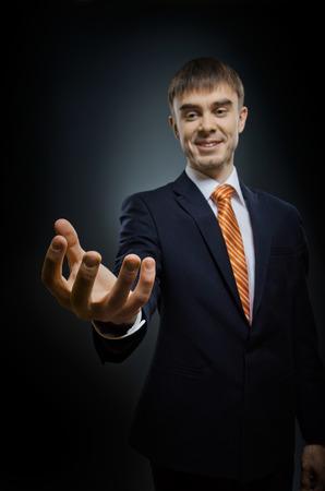 amabilidad: hombre de negocios tienen llegar a mano, sobre fondo azul oscuro, concepto de negocio