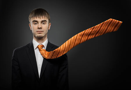 potentiality: retrato del empresario arribista hermosa en traje y corbata de color naranja