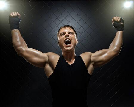 Foto muskulösen jungen Kerl Street-Fighter, triumphierenden Schreie schreien, hartes Licht