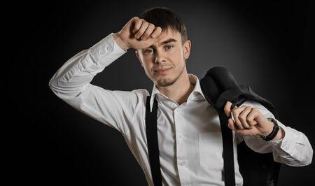 blithe: el retrato del empresario arribista hermosa en la camisa blanca sin corbata