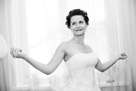 약혼녀: 흰색 드레스, 부드러운 빛, 흑백 사진에 수직 결혼식 초상화 아름다운 약혼녀 스톡 사진