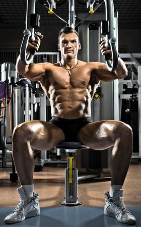 muskeltraining: sehr bullige Kerl Bodybuilder, führen Sie Übung auf Turngerät Schmetterling Machine, im Fitness-Studio Lizenzfreie Bilder
