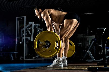아주 억센 남자 보디, 체육관, 무게 운동 데 드리프트를 실행