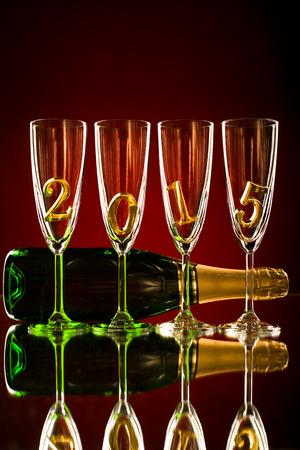 festal: bottiglia di champagne con calice di vetro e quattro numero 2015