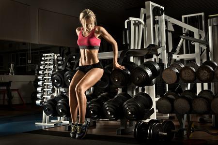 muskeltraining: beautiful girl Bodybuilder, führen Sie Übung mit Gewicht