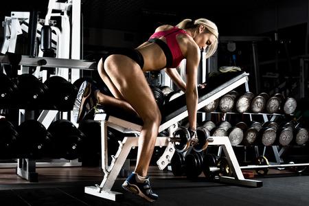 muskeltraining: Fitness M�dchen ausf�hren �bung mit Hanteln, auf breitesten Muskel zur�ck