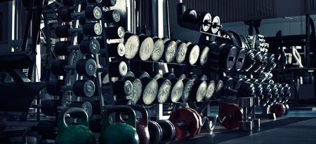 gimnasio: gym indoor interior con pesas; foto panorámica horizontal, tono azul