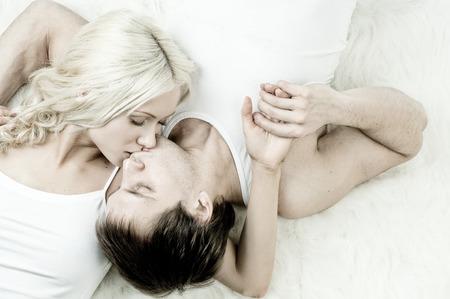 white fur: retrato feliz pareja bonita, beso, encuentran en el pelaje blanco, cara cierre