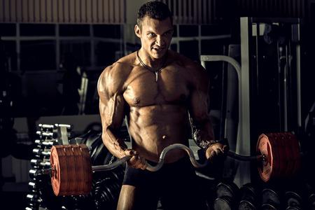 muskeltraining: sehr Power athletic Guy, führen Übung mit Gewicht, auf bkack Hintergrund, horizontal Foto