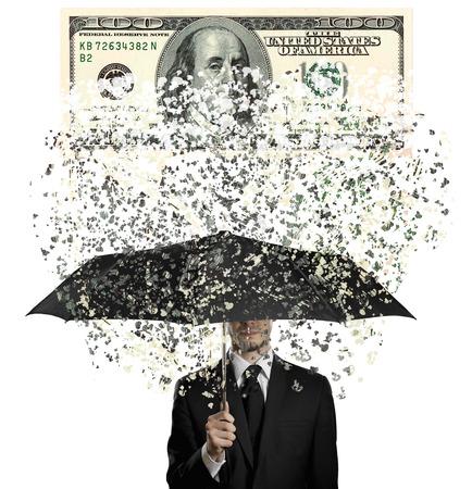 sotto la pioggia: uomo in costume nero con ombrello blak sotto la pioggia di nota di valuta, concetto crisi economia