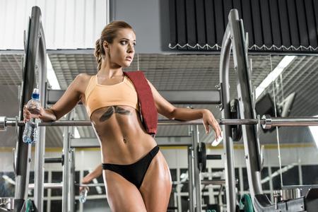fitness jonge vrouw in de sportschool, horizontale foto