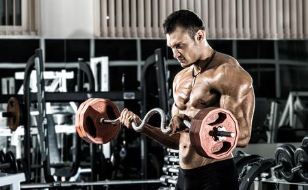 muskeltraining: guy Bodybuilder, führen Sie Übung mit Gewicht in der Turnhalle, horizontale Foto Lizenzfreie Bilder
