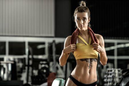 muskeltraining: Fitness junge Frau in der Turnhalle, horizontale Foto Lizenzfreie Bilder