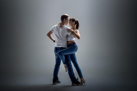 아름다움 커플 회색 배경에 사회적 danse (kizomba 또는 bachata 또는 semba 또는 taraxia) 춤 스톡 콘텐츠