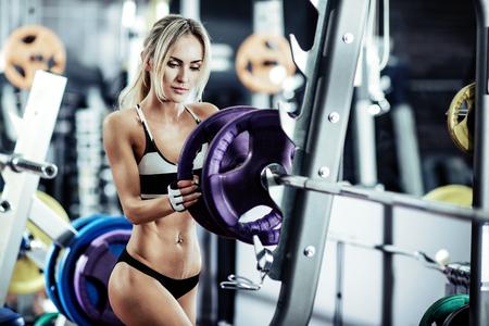 Fitness junge Frau in der Turnhalle, horizontale Foto Standard-Bild