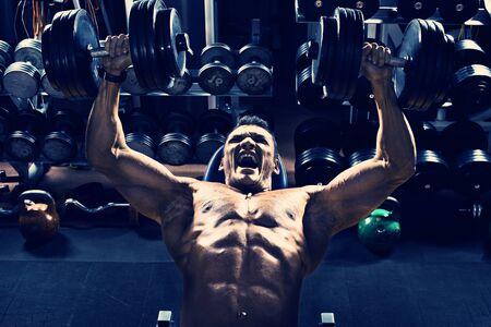 muscle training: Typ Bodybuilder, Bewegung Presse von Hanteln auf Brustmuskel, im Fitness-Studio, blau, violett Ton ausführen Lizenzfreie Bilder