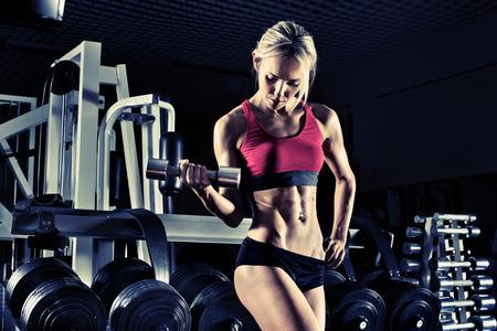 muskeltraining: Bodybuilder schöne Mädchen, führen Sie Übung mit Gewicht, blau, violett Ton