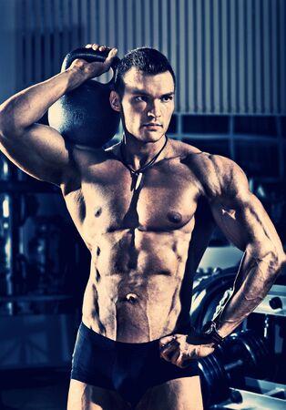 Portrait guy - Bodybuilder, mit Gewicht, im Fitness-Studio, blau, violett Ton