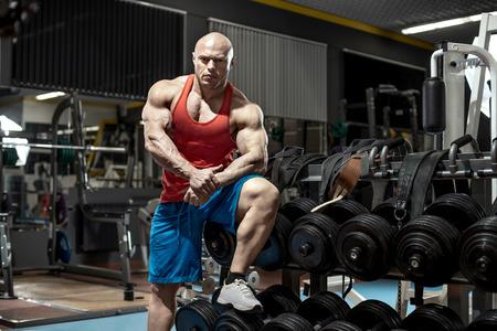 Kulturysta mężczyzna na siłowni