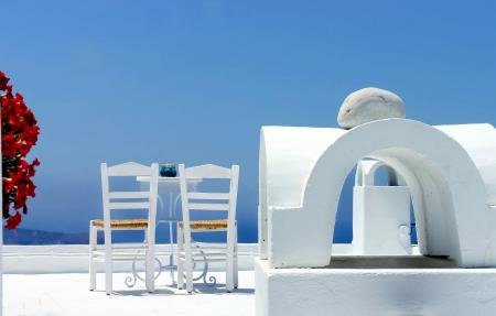 2 つのサントリーニ島の日当たりの良いテラス 写真素材