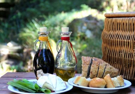 Mittagessen im Garten mit Balsamico-Essig und Olivenöl Lizenzfreie Bilder