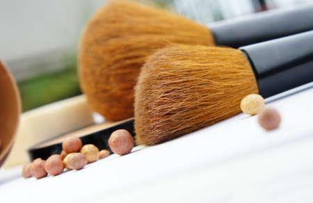 powder room: Sala de maquillaje: base de maquillaje, polvos, bronceador y cepillos Foto de archivo