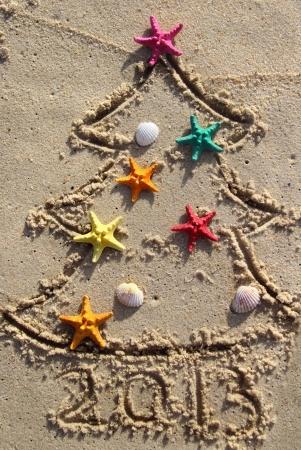 Lustige Strand Weihnachtsbaum mit den Seesternen und Muscheln verziert