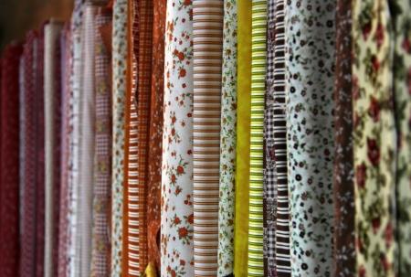 Große Auswahl an Stoffen in der Textil-Shop