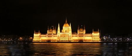 建物の議会ブダペストの夜に