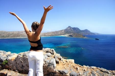 Gramvousa、ギリシャの若い幸せな女
