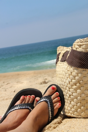 sandalias: Relajaci�n en la playa y pies femeninos Foto de archivo
