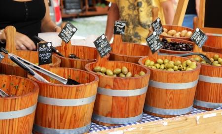 Mittelmeer-Markt mit Oliven Lizenzfreie Bilder