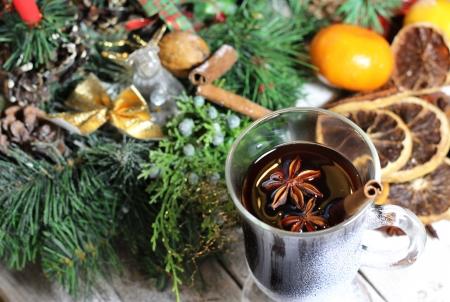 Traditioneller Weihnachtspunsch, getrocknete Orangen, kranz, Zimt und Anis