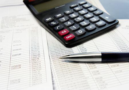 電卓、ペン、数が多いと会計伝票 写真素材
