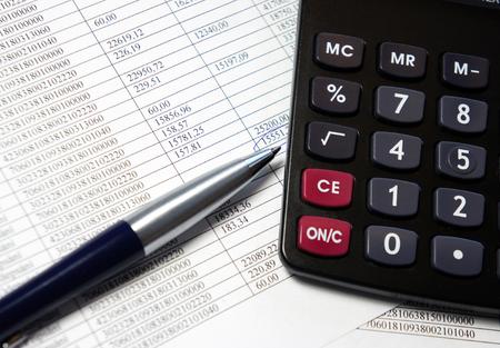 電卓、ペンおよび会計伝票番号の多くの