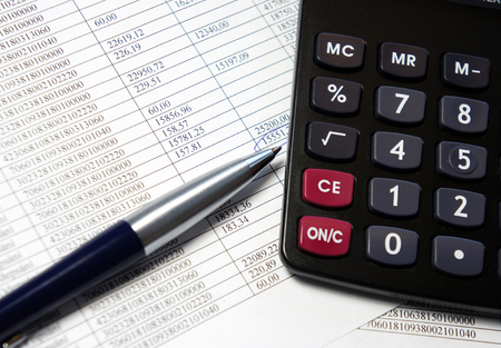 Taschenrechner, Stift und Buchhaltungsbeleg mit einer Menge von Zahlen Lizenzfreie Bilder
