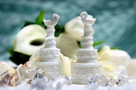 calas blancas: Hermoso ramo de novia de calas y tulipanes blancos y otras decoraciones de la boda Foto de archivo