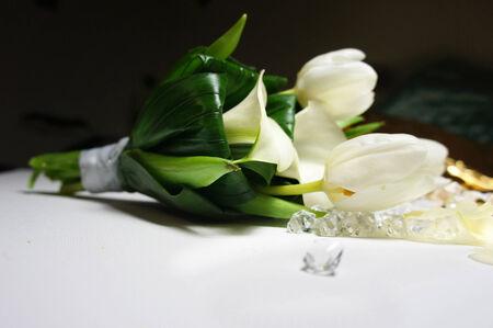 calas blancas: Hermoso ramo de novia de calas blancas y tulipanes sobre la mesa